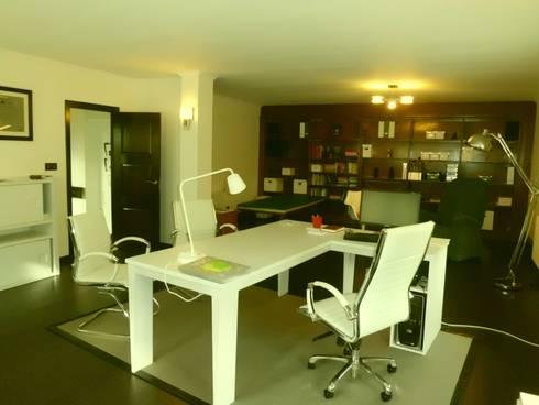 Diseño de mobiliario hecho a medida para el cliente: Oficinas y tiendas de estilo  de Arquitectos Fin
