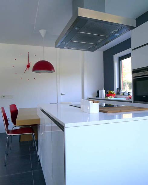 Vivienda en Fornos: Cocinas integrales de estilo  de AD+ arquitectura