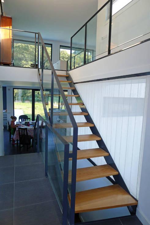 Vivienda en Fornos: Escaleras de estilo  de AD+ arquitectura