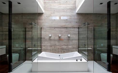 Casa | LM |: Banheiros modernos por Marcos Bertoldi