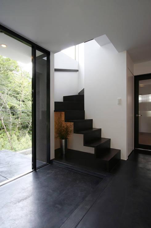 眺望と森をリビングで感じる家: ラブデザインホームズ/LOVE DESIGN HOMESが手掛けた階段です。