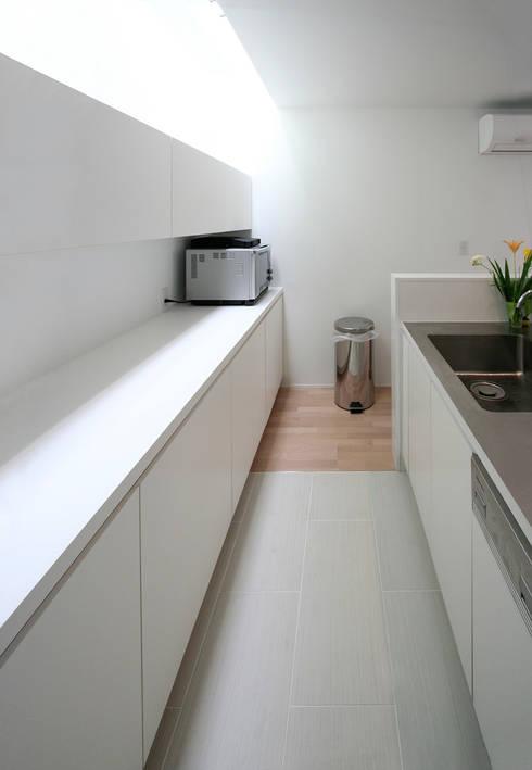 インナーテラスのある明るい住宅: ラブデザインホームズ/LOVE DESIGN HOMESが手掛けたキッチン収納です。