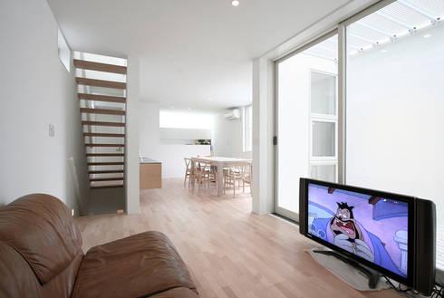 インナーテラスのある明るい住宅: ラブデザインホームズ/LOVE DESIGN HOMESが手掛けたリビングです。