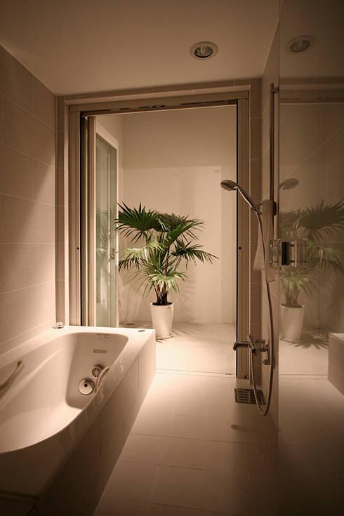 インナーテラスのある明るい住宅: ラブデザインホームズ/LOVE DESIGN HOMESが手掛けた浴室です。