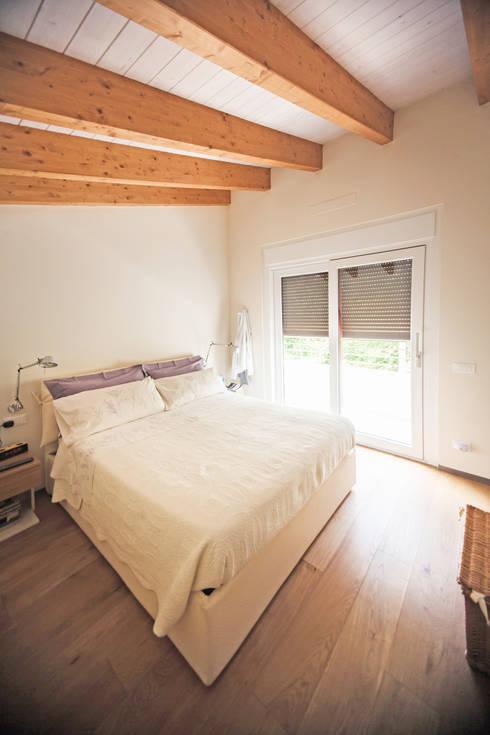 CASE TERRAZZE MONTICELLO: Camera da letto in stile  di EMMANUELLO | ARCHITETTURA | DESIGN