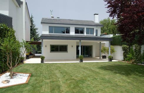 Vivienda junto a un campo de golf: Casas de estilo moderno de ABR ARQUITECTOS