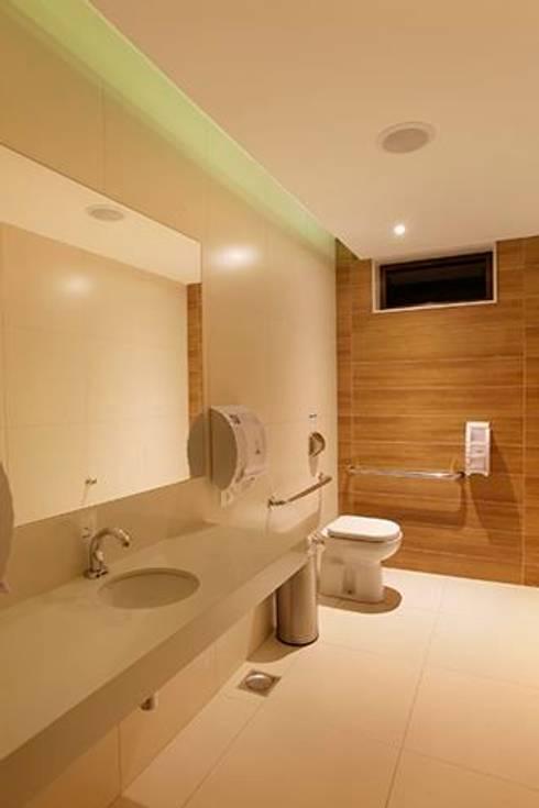 Panamera Bistrô – Banheiros PNE: Espaços gastronômicos  por DG Arquitetura + Design