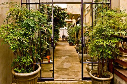 Acesso Principal: Espaços gastronômicos  por Enzo Sobocinski Arquitetura & Interiores