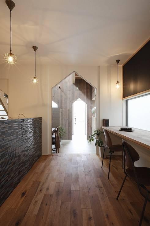 Hazukashi House: ALTS DESIGN OFFICEが手掛けたリビングルームです。