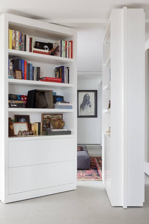 Apartamento da Colecionadora: Salas multimídia minimalistas por Consuelo Jorge Arquitetos