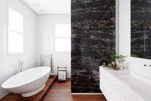 Apartamento da Colecionadora: Banheiros minimalistas por Consuelo Jorge Arquitetos