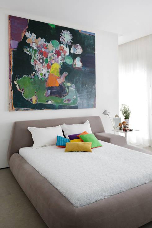 Apartamento da Colecionadora: Quarto infantil  por Consuelo Jorge Arquitetos