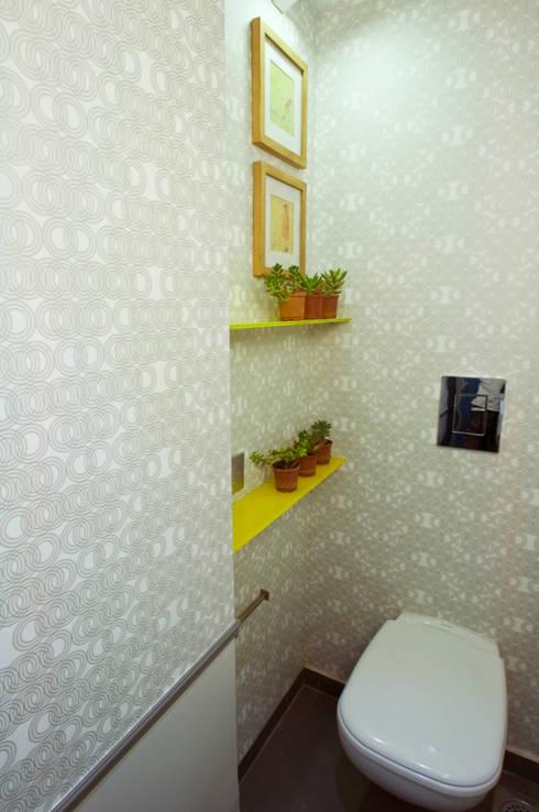 RESIDENCE AT CUFFE PARADE: minimalistic Bathroom by Dhruva Samal & Associates