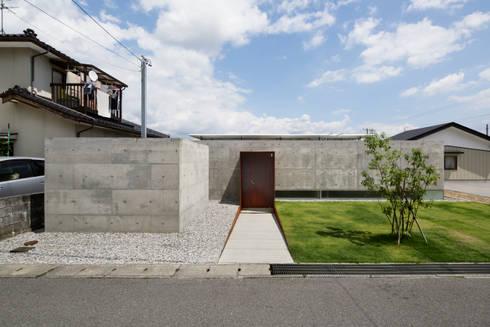コンクリートの圧迫感を抑える控えめな外観: TNdesign一級建築士事務所が手掛けた家です。