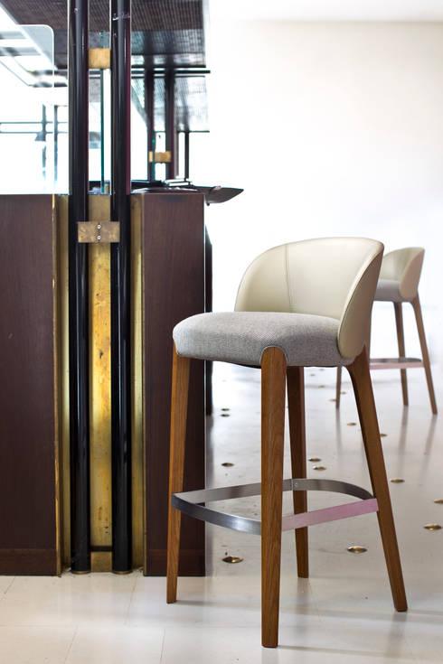 Bellevue -This Weber: Soggiorno in stile in stile Eclettico di very wood