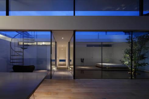 夜は幻想的に: TNdesign一級建築士事務所が手掛けた家です。