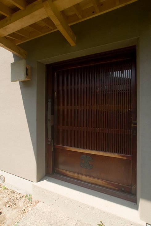 玄関の蔵戸: O設計室が手掛けたです。