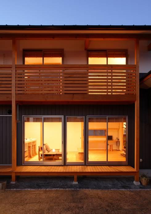 濡れ縁 バルコニー: 三宅和彦/ミヤケ設計事務所が手掛けたベランダです。
