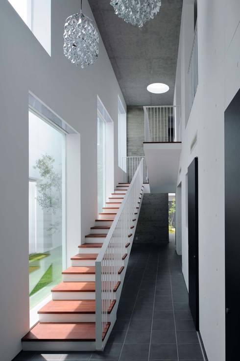Tender concrete: 半谷彰英建築設計事務所/Akihide Hanya Architect & Associatesが手掛けた廊下 & 玄関です。