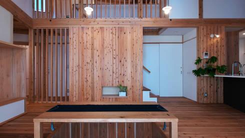 多角形の家  POLYGONAL HOUSE  TOYAMA,JAPAN: 水野建築研究所が手掛けたリビングです。