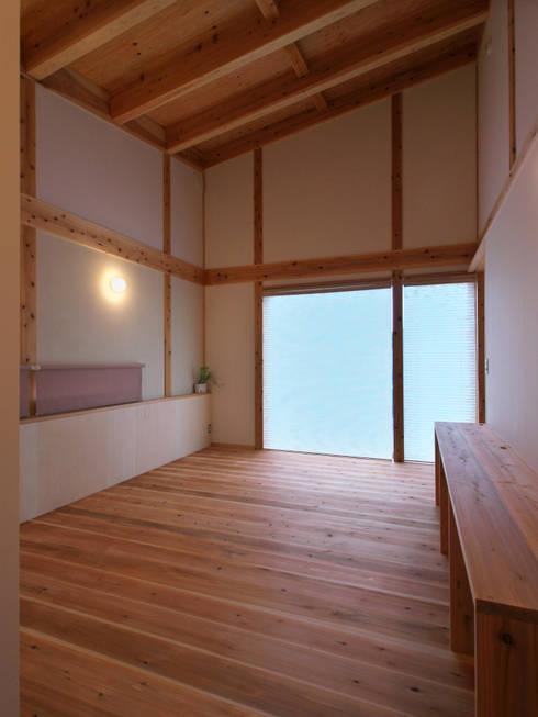 多角形の家  POLYGONAL HOUSE  TOYAMA,JAPAN: 水野建築研究所が手掛けた寝室です。