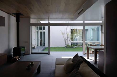 凹 [ou]: 半谷彰英建築設計事務所/Akihide Hanya Architect & Associatesが手掛けたリビングです。