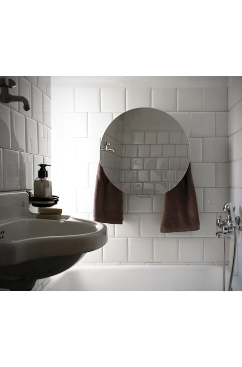 Round with Mirror: Bagno in stile in stile Mediterraneo di MG12