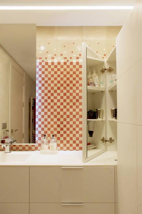 Baño con mosaico hidráulico: Baños de estilo  de Trestrastos