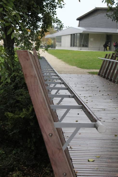 Passerelle: Jardin de style  par Christian Larroque