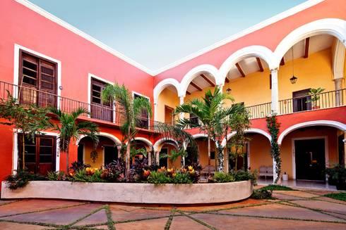 Patio Central: Hoteles de estilo  por Taller Estilo Arquitectura