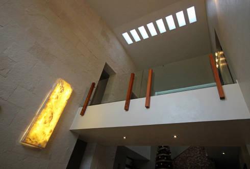 CASA 2  EN PUERTO AVENTURAS: Pasillos y recibidores de estilo  por axg arquitectos