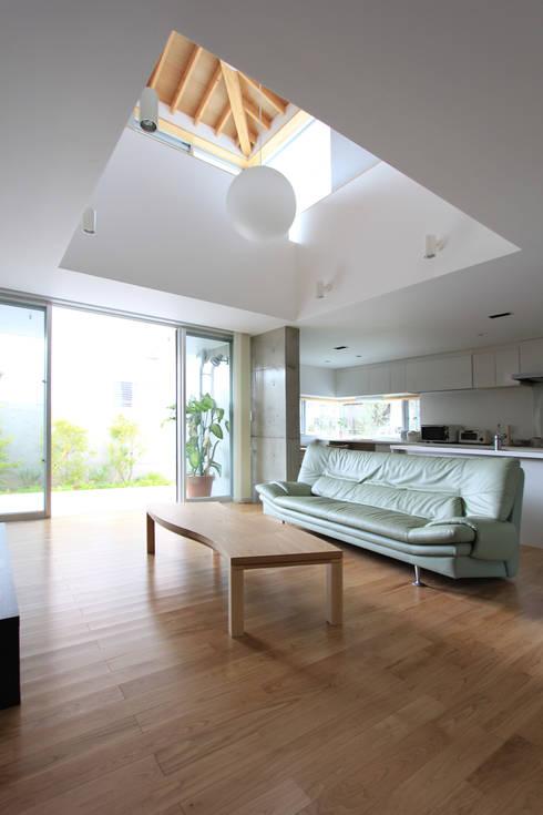 木の下のマテリアル: Kazuto Nishi Architectsが手掛けたリビングです。