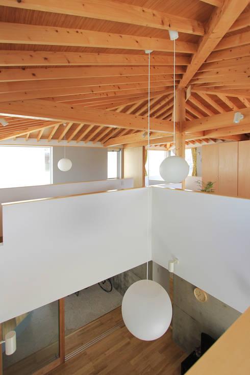木の下のマテリアル: Kazuto Nishi Architectsが手掛けた玄関&廊下&階段です。