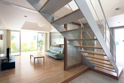 木の下のマテリアル: Kazuto Nishi Architectsが手掛けた廊下 & 玄関です。