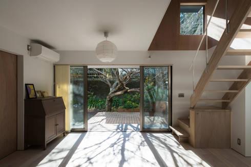 カマクラのイエ: 白子秀隆建築設計事務所が手掛けたリビングです。
