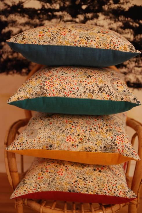 MINI COUSSINS EN LANGES ET LIBERTY: Chambre de style  par mushroom