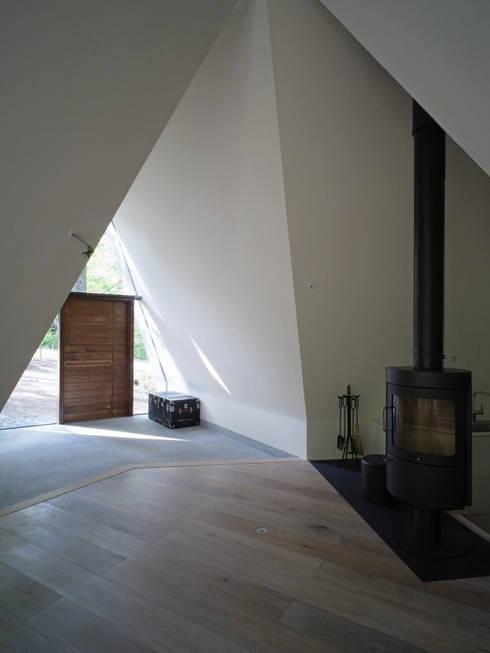 modern Living room by カスヤアーキテクツオフィス(KAO)