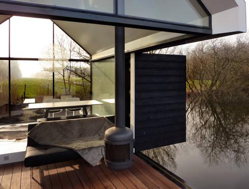 Recreatie woning: moderne Woonkamer door 2by4-architects