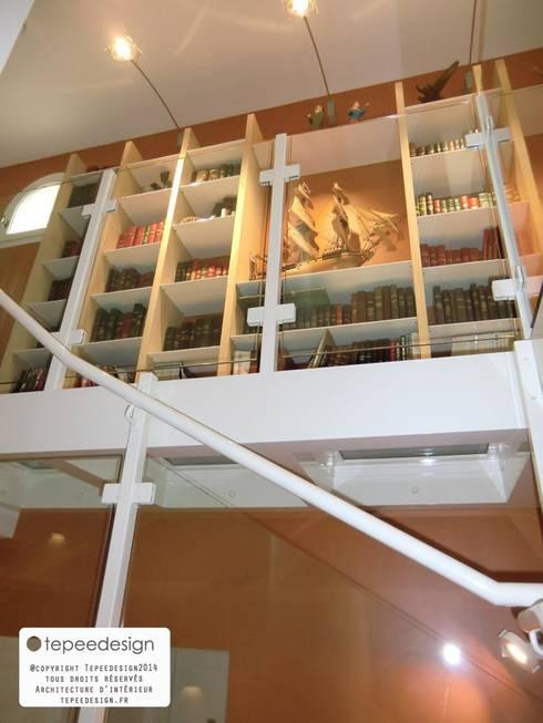 Rénovation d'une villa 70's : escalier et plancher en verre suspendus:  de style  par Tepeedesign