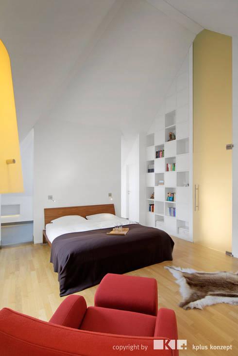 Dachgeschoss S: moderne Schlafzimmer von KPLUS KONZEPT GMBH