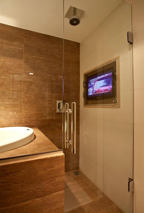 Banho com ofurô e tv no box : Salas de estar modernas por Leles Arquitetura e Iluminação