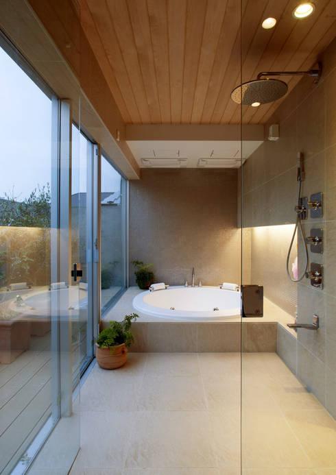 Banheiros modernos por 遠藤誠建築設計事務所(MAKOTO ENDO ARCHITECTS)