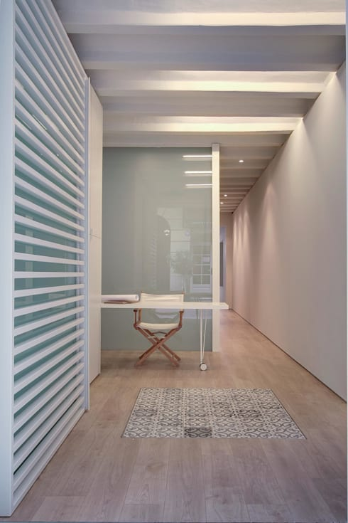 WHITE LOFT: Estudios y despachos de estilo minimalista de Lara Pujol  |  Interiorismo & Proyectos de diseño