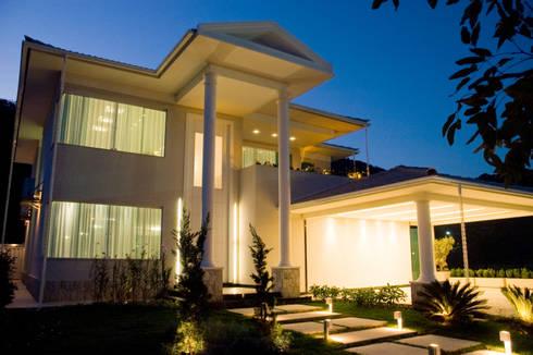 PROJETO LUMINOTÉCNICO: Casas  por Leles Arquitetura e Iluminação