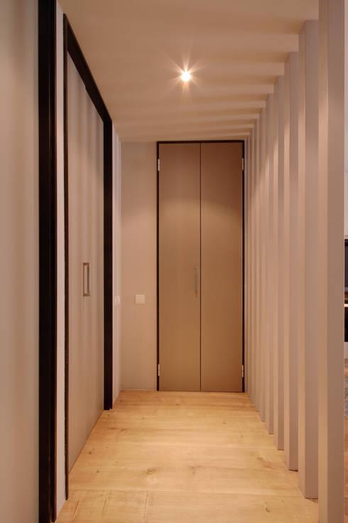PISO MOZART:  de estilo  de Lara Pujol  |  Interiorismo & Proyectos de diseño