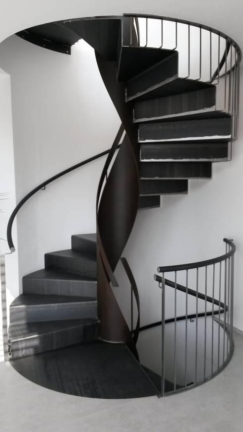 Scala elicoidale in ferro residenza privata Rimini: Ingresso, Corridoio & Scale in stile in stile Moderno di fferrarinirsm di ferrarini fabio