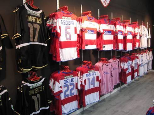 Tienda Oficial Granada C.F.: Oficinas y tiendas de estilo  de Panatta Diseño Comercial
