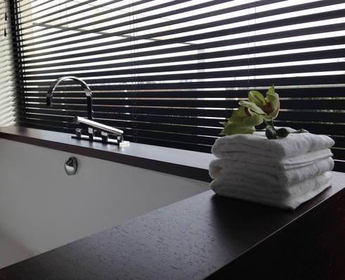 badkamer met uitzicht: moderne Badkamer door choc studio interieur