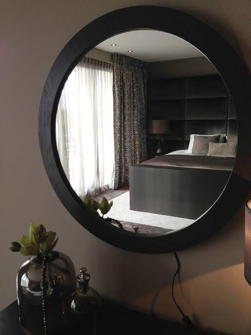 master bedroom: moderne Slaapkamer door choc studio interieur