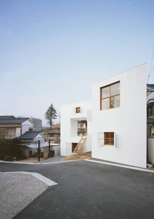 透明な地形: 南川祐輝建築事務所が手掛けた家です。